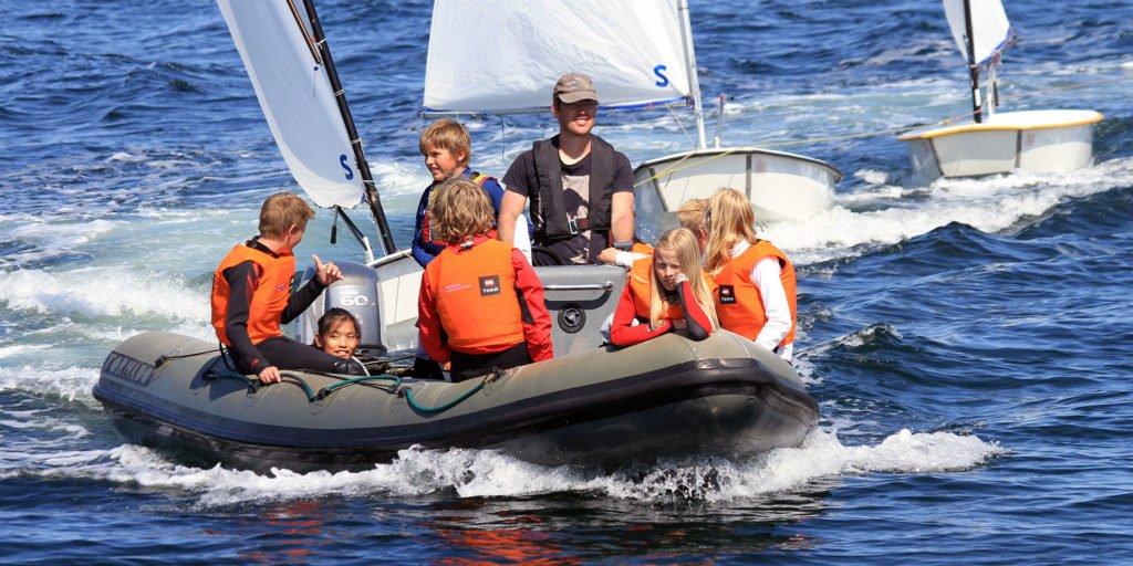 coach-boats-sailing